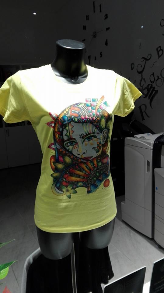 T-shirt gialla personalizzata con una faccia