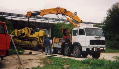 un camion bianco con un braccio meccanico sul rimorchio