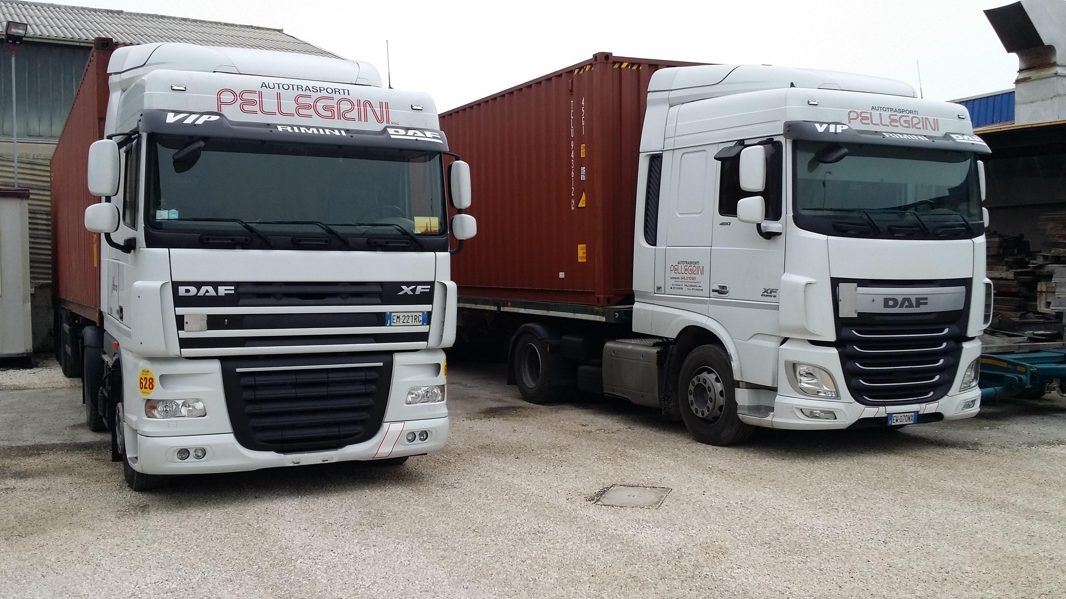 due camion bianchi con scritto Pellegrini