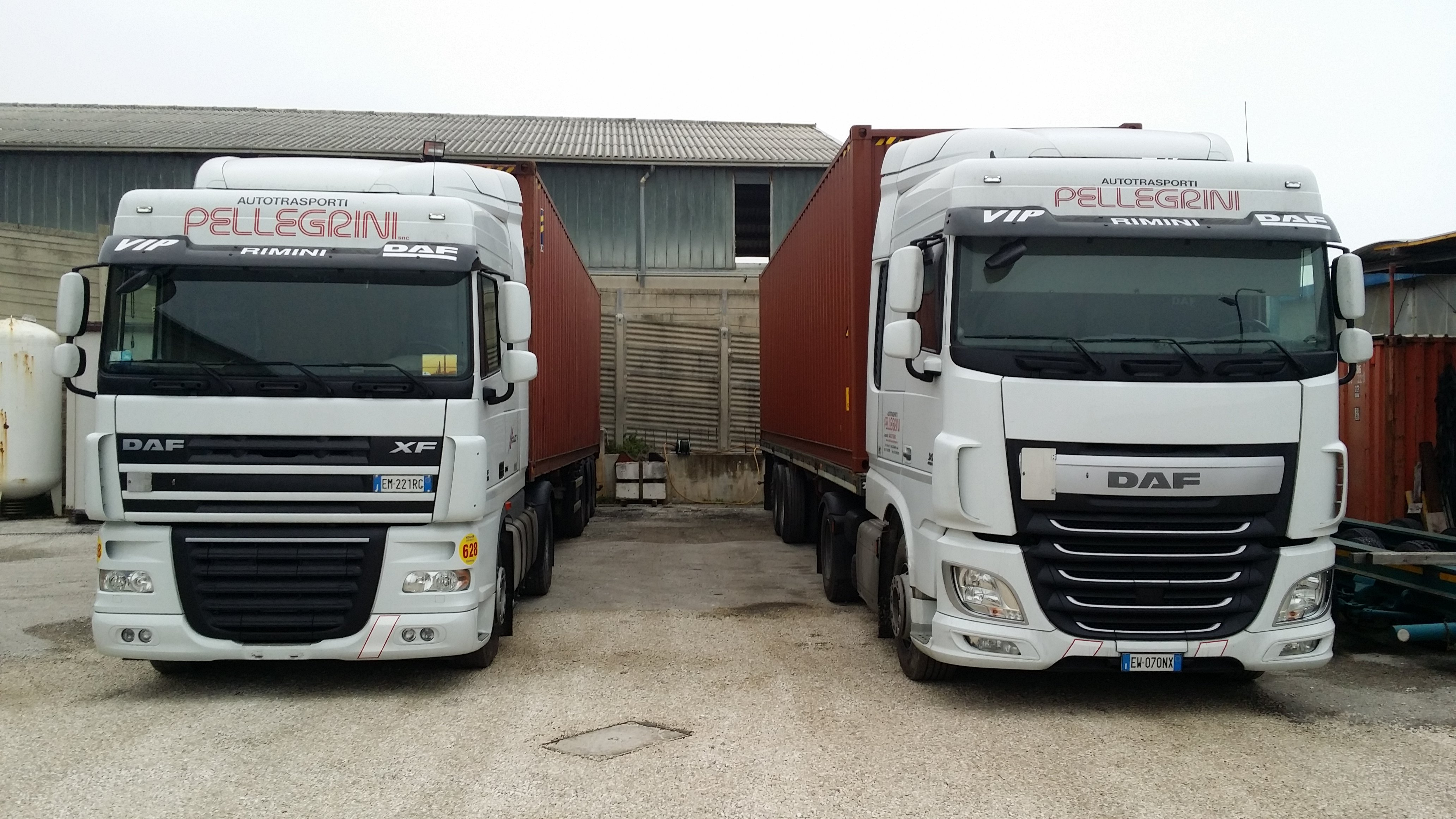 due camion bianchi parcheggiati con scritto Pellegrini