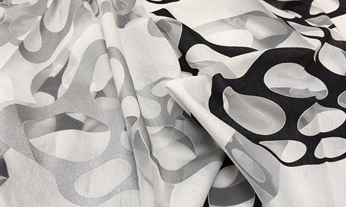 delle tende di color grigio e nero