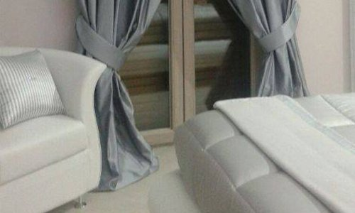 una finestra con delle tende grigio satinato