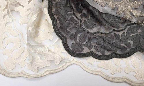 delle tende di color avorio e nero