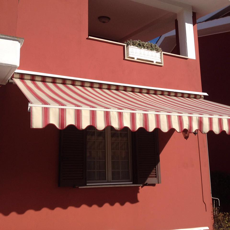 una tenda da sole a righe di color beige e bordeaux