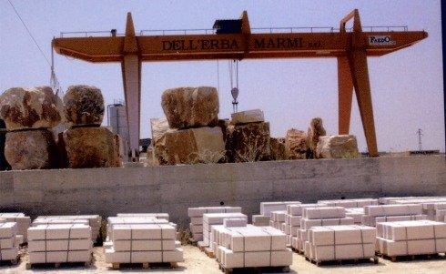 blocchi di legno che vengono impilati