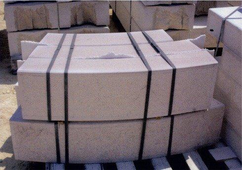 blocchi di marmo impilati bianchi