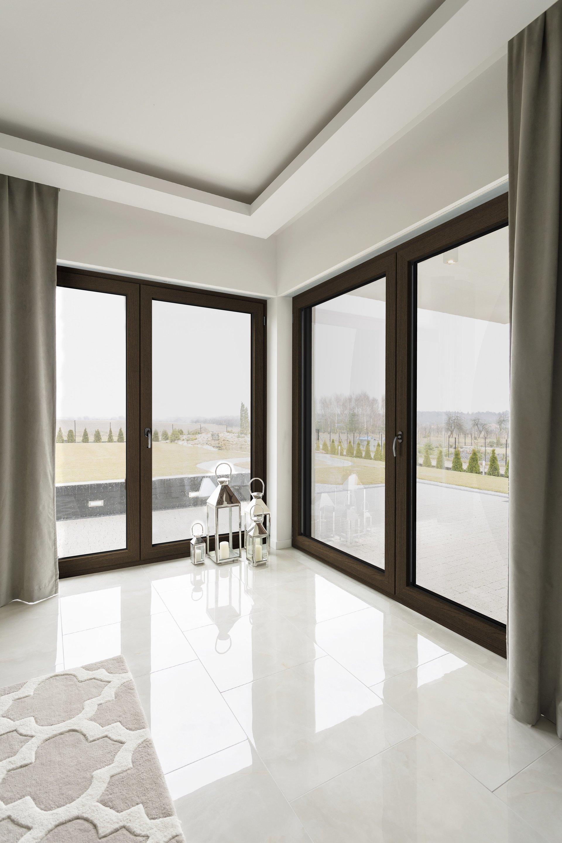 Porta di legno con vetro e serratura di sicurezza