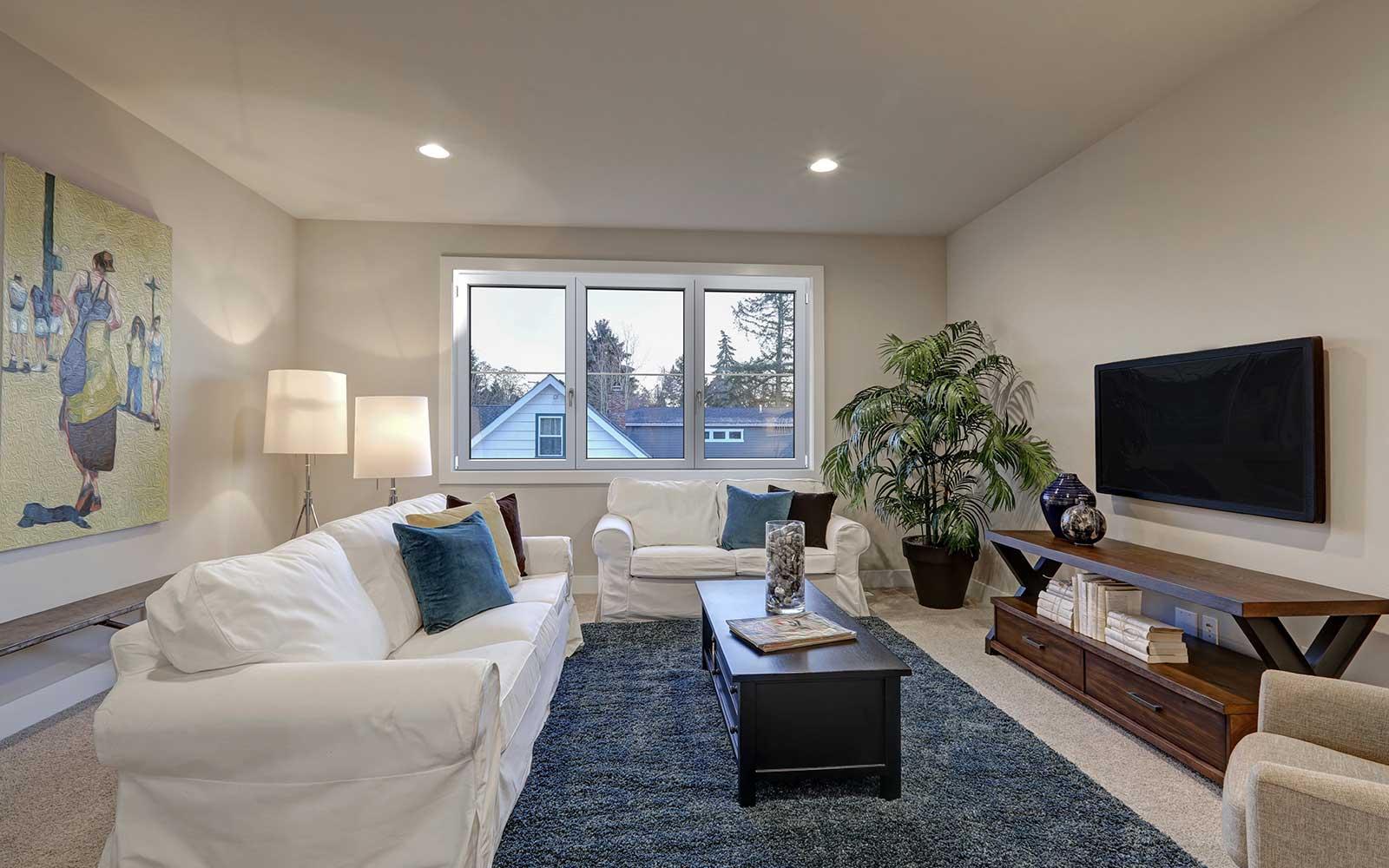 un salotto con un divano di color bianco