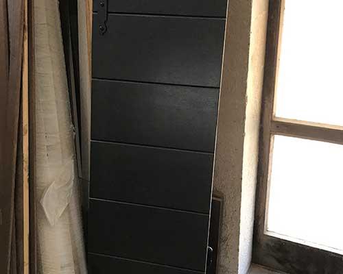 tavole di legno con rivetto di metallo