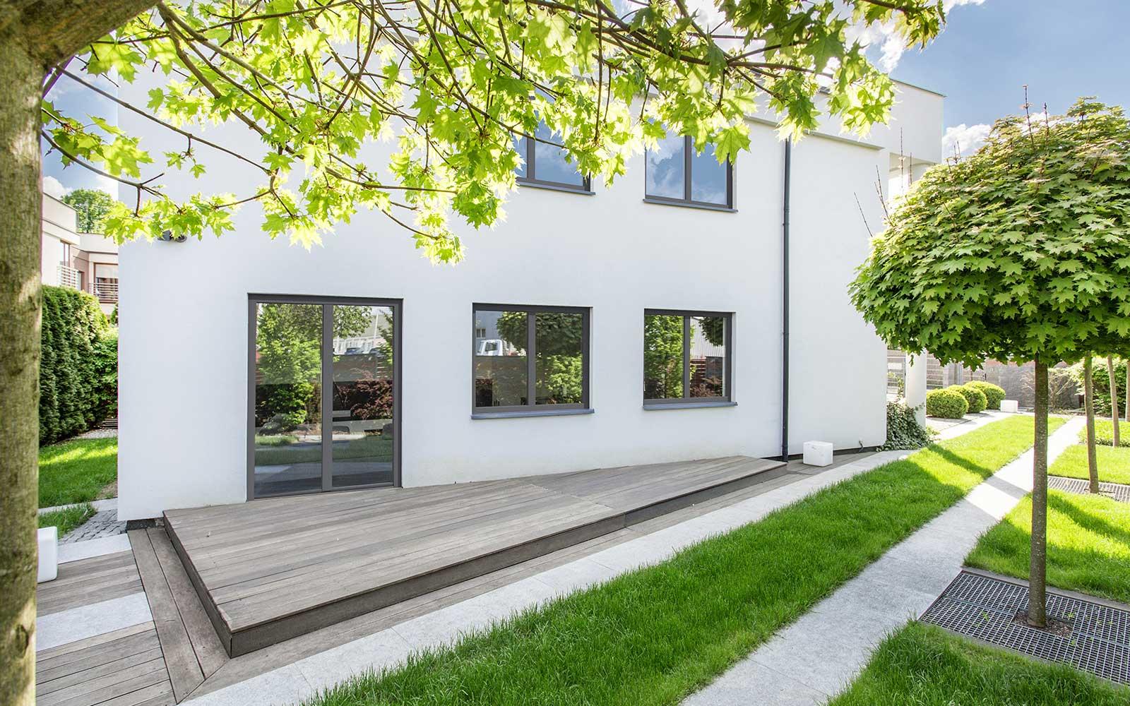 un condominio moderno con vista delle finestre