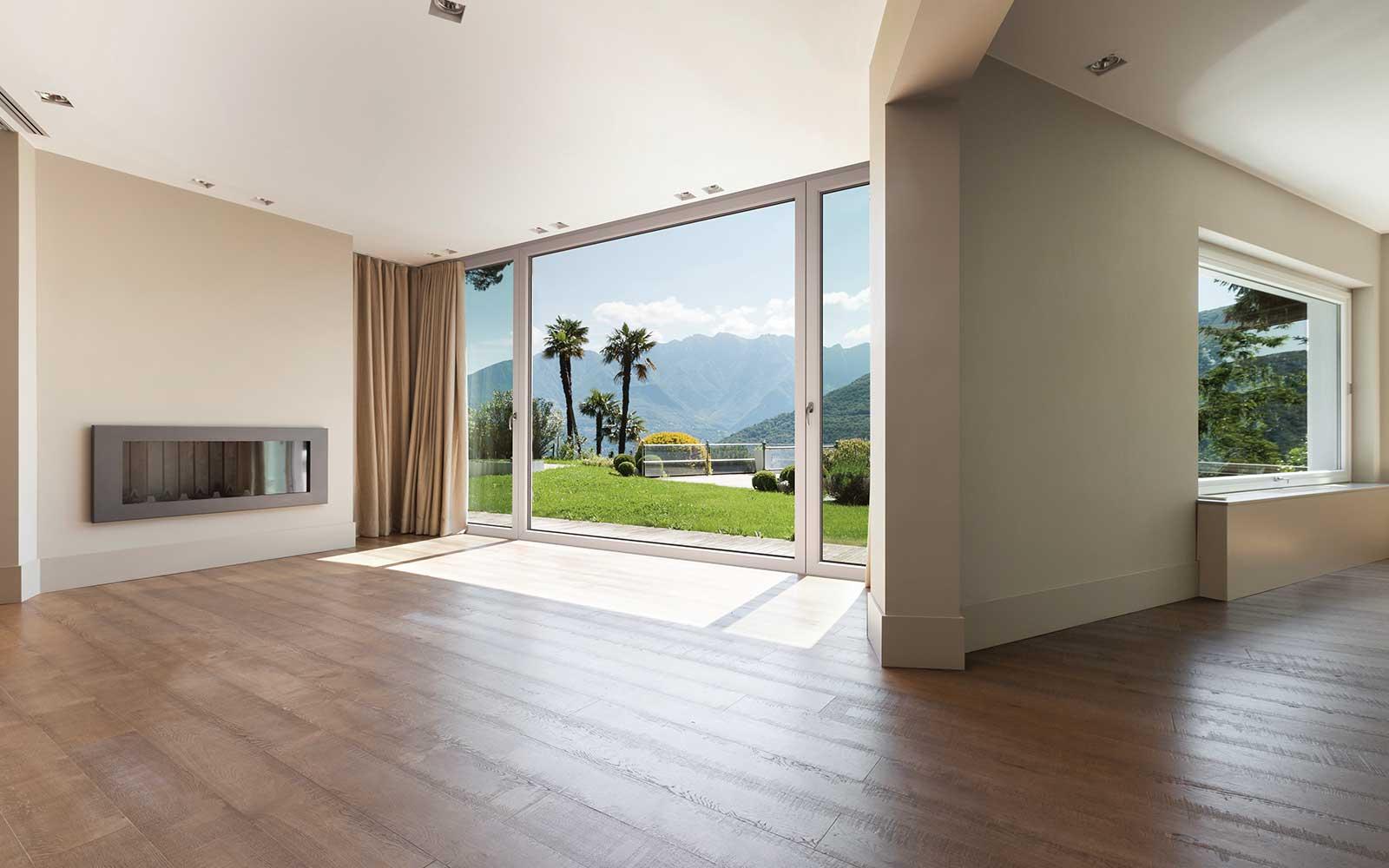 un'ampia sala con pavimento in legno