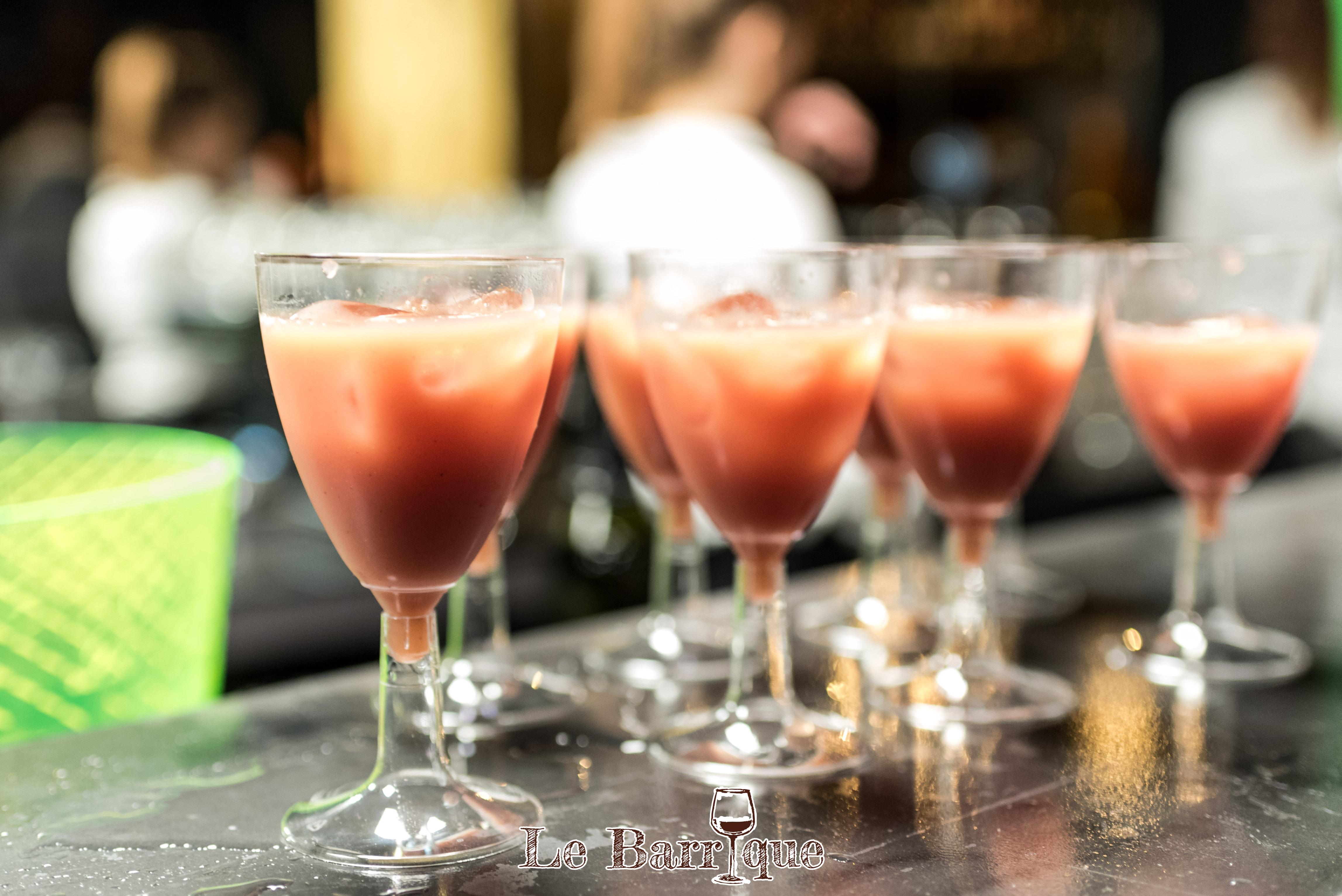 sette bicchieri pieni al bancone del bar
