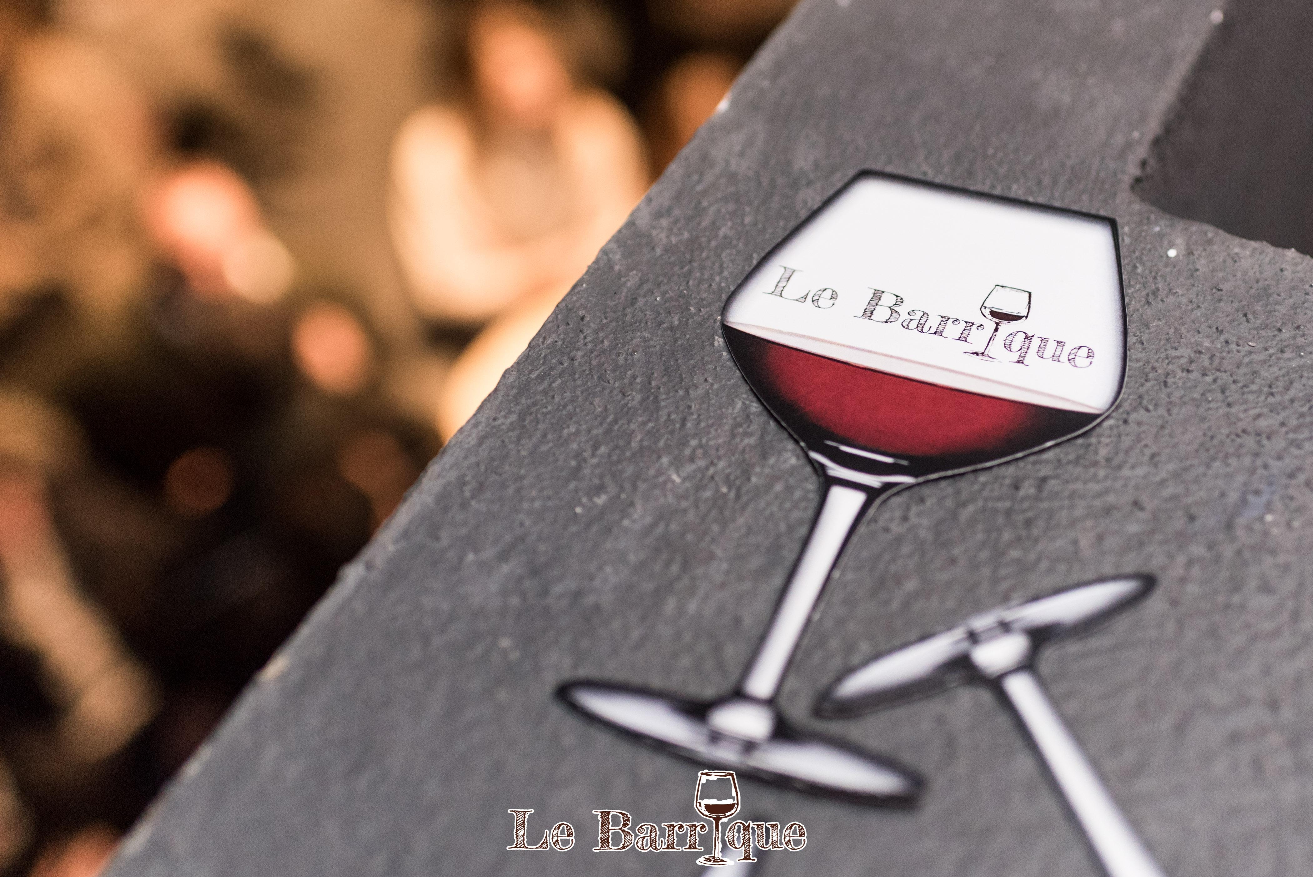 logo di un bicchiere mezzo pieno di vino rosso con logo del locale