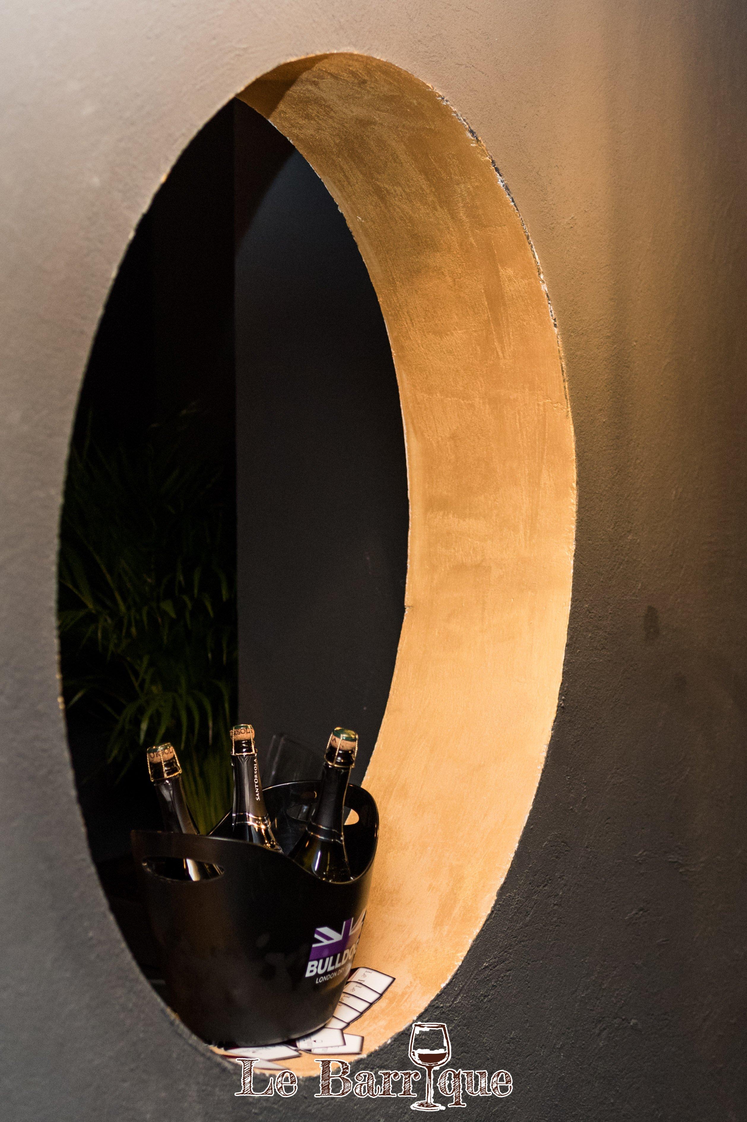 parete con cerchio il quale esporre tre bottiglie di champagne
