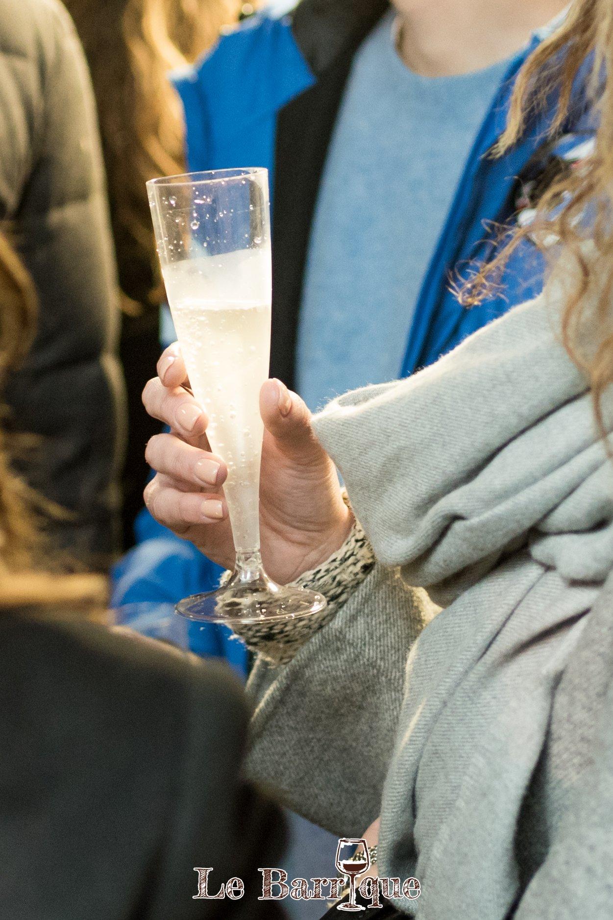 Bicchiere di Champagne in mano a una donna