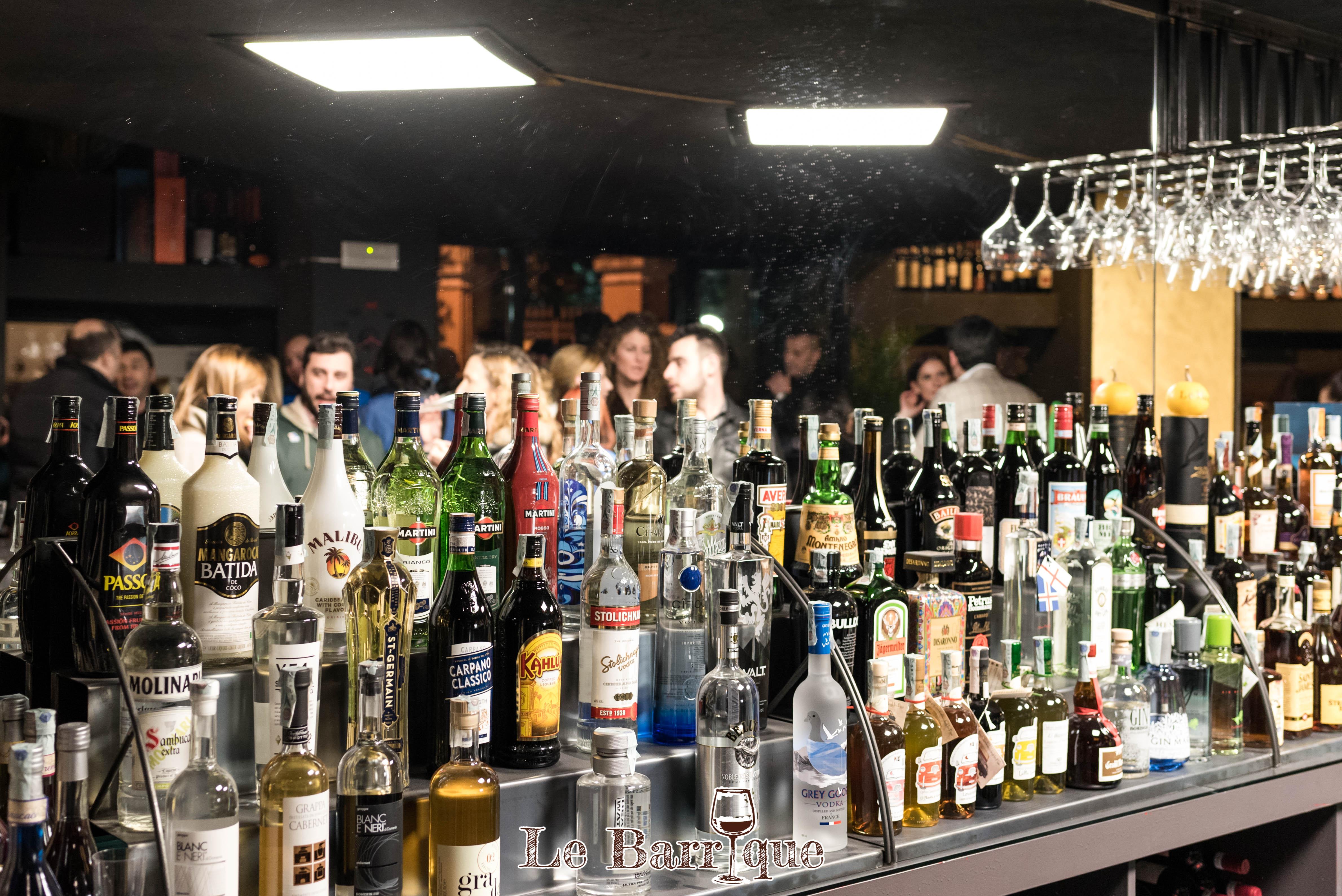 Esposizione delle bevute in bottiglia del locale