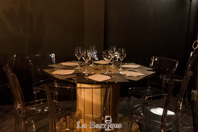 Tavolo del locale apparecchiato di legno