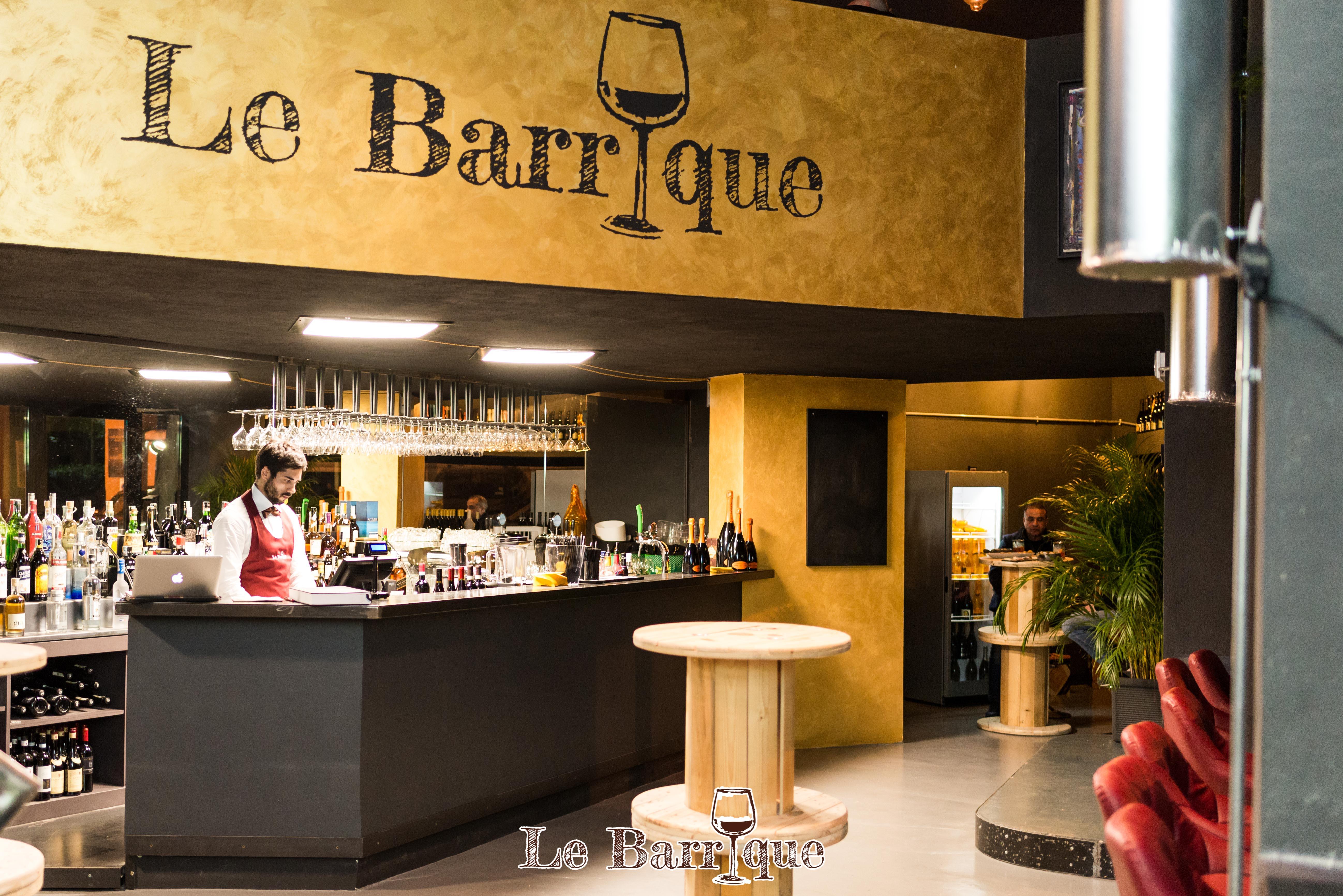 Bar del locale con barista e nome del locale