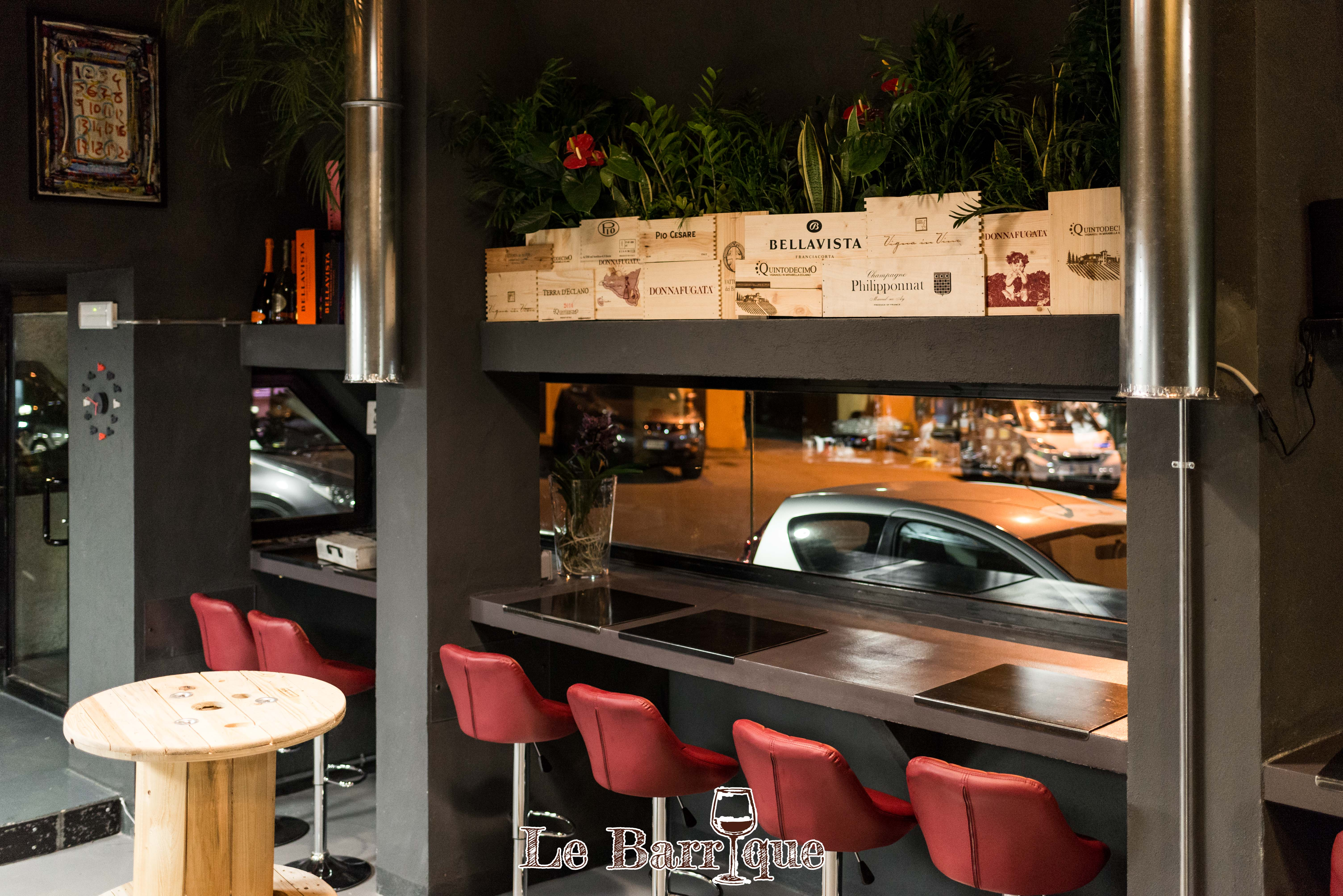 bancone bar con vista strada