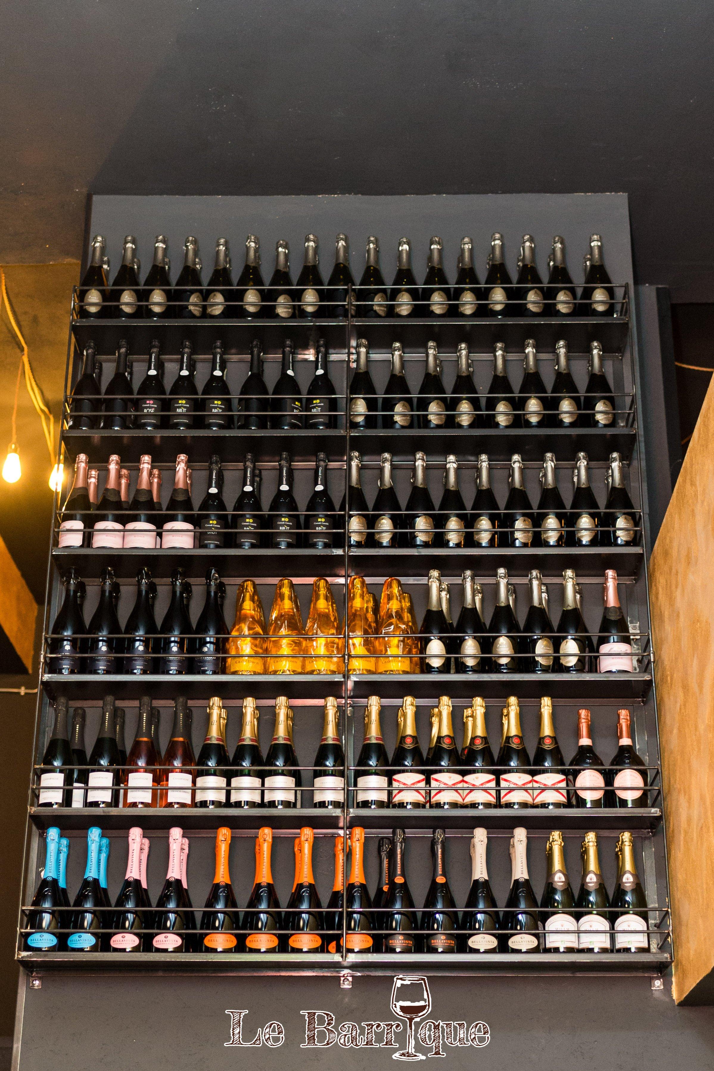 espositore con bottiglie di champagne