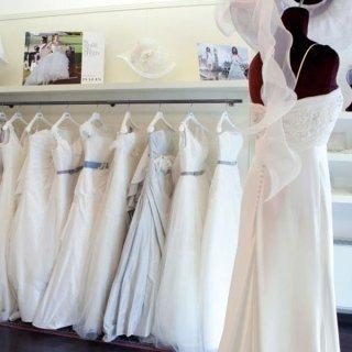 esposizione in negozio di abiti da sposa