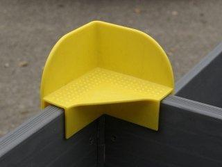 particolare di angolare giallo per sorapposizione