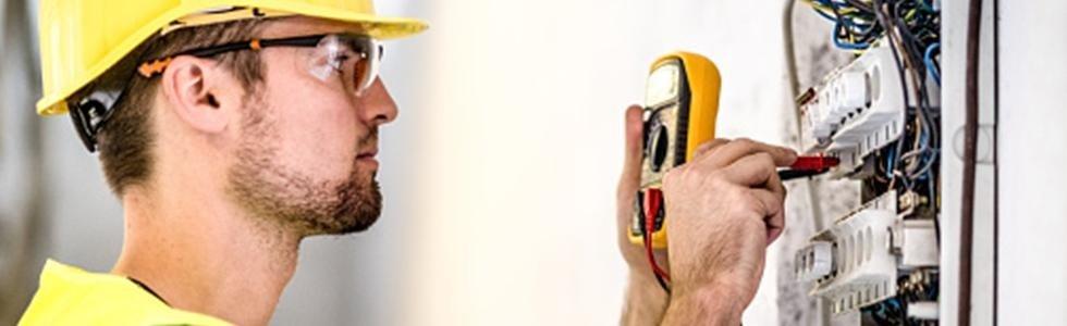 operaio durante una programmazione di un impianto elettrico