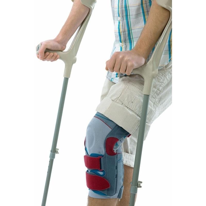 Uomo con ausili per camminare e stampelle