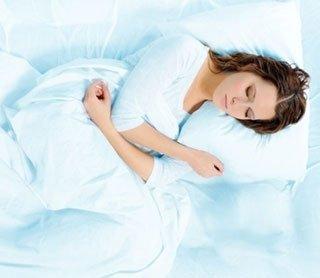 Una donna che dorme facilmente grazie al materasso e cuscino di materiali adeguati alla riabilitazione