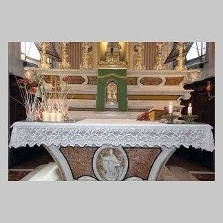 altare con decorazioni floreali
