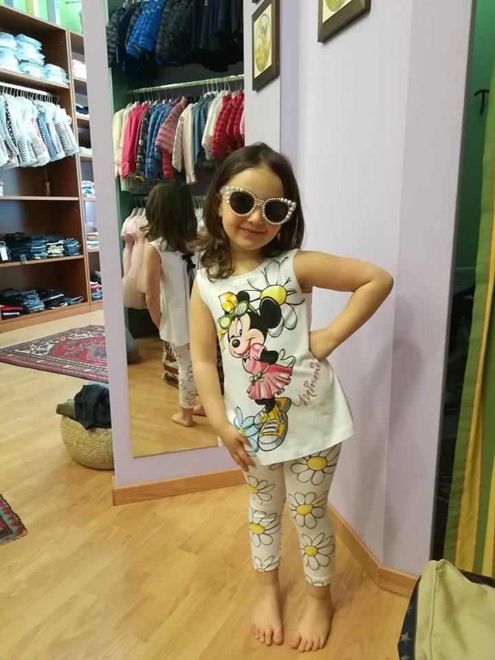 bambina con occhiali da sole