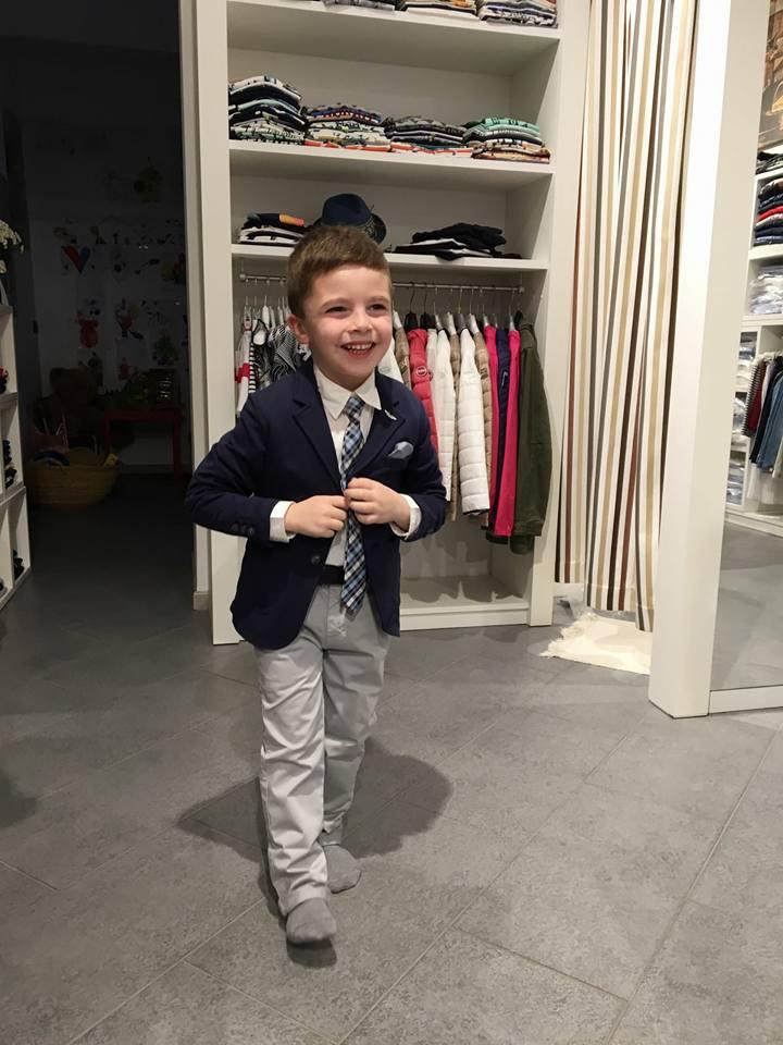 bambino con giacca e cravatta che cammina