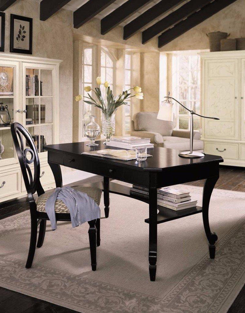 una scrivania con una sedia in legno di color nero
