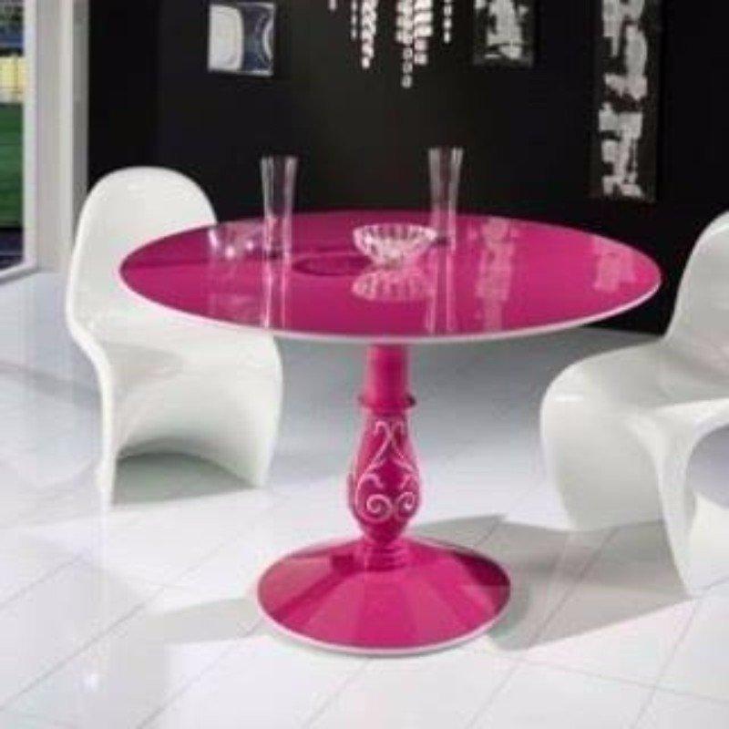 un tavolino di color fucsia e due sedie di color bianco