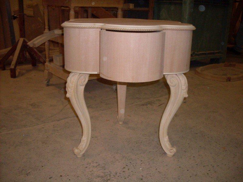 un tavolino a forma di un fiore