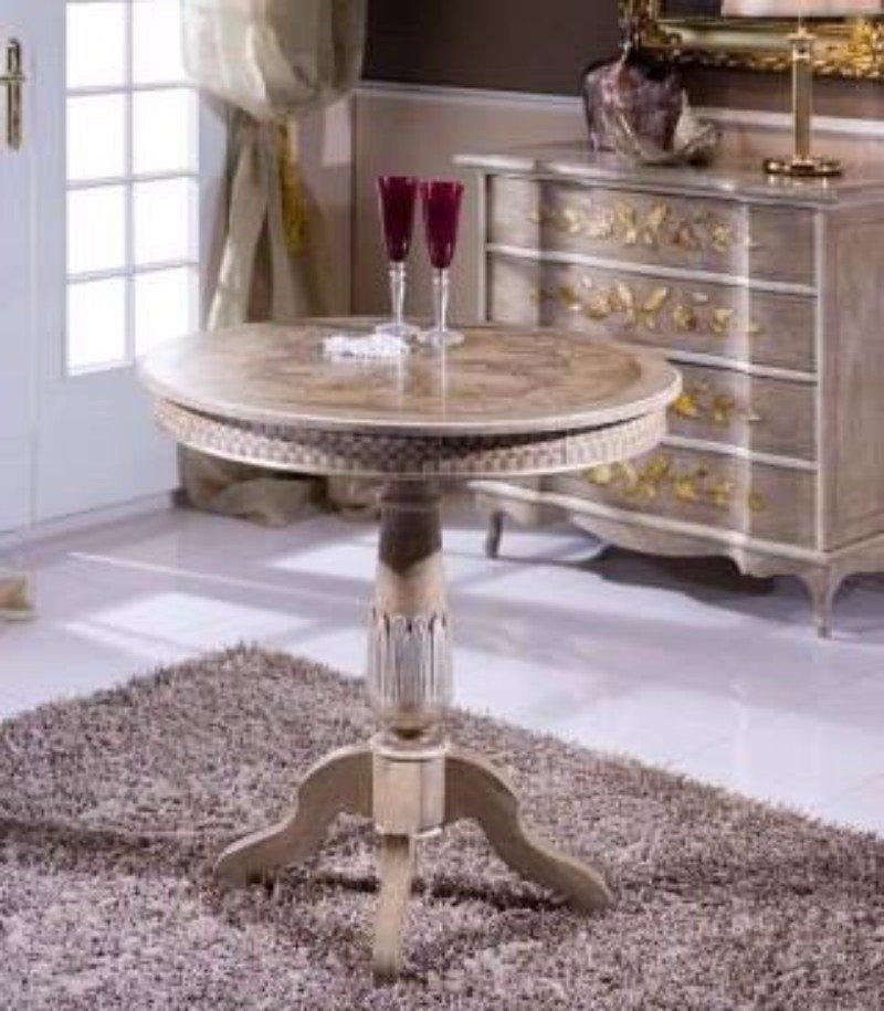un tavolino rotondo con due bicchiere di spumante e accanto un como'