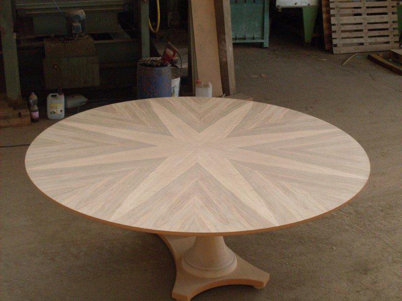 un tavolino rotondo in un magazzino