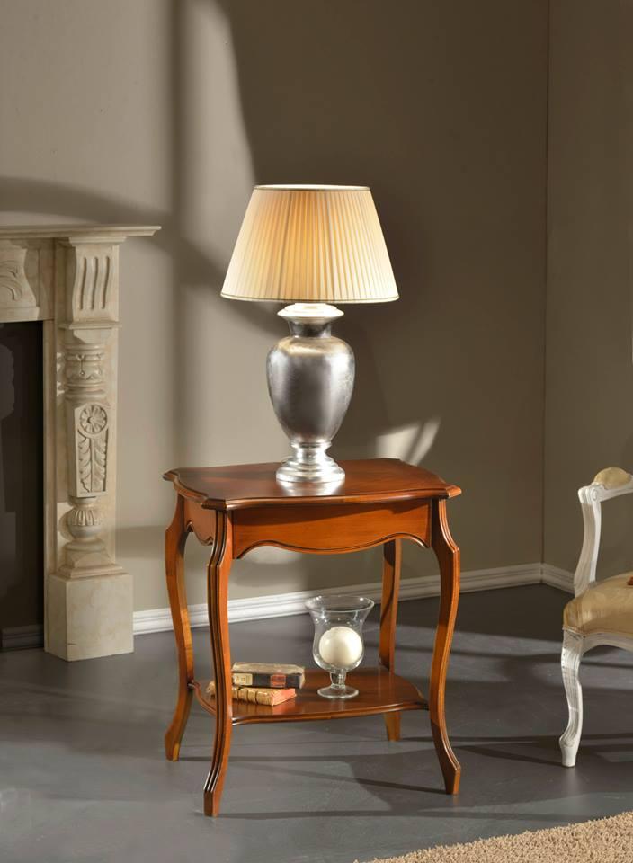 un tavolino in legno con una lampada sopra