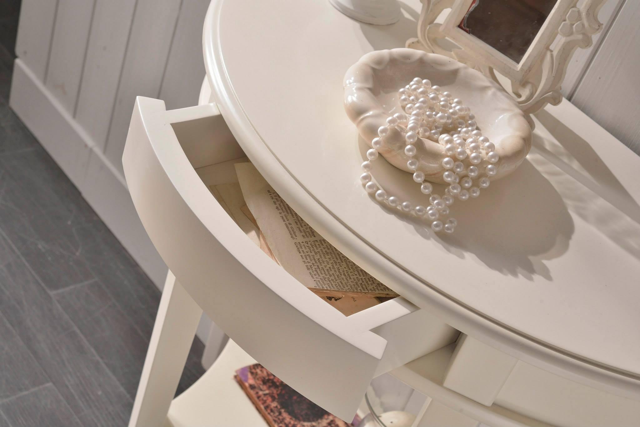 un tavolino da vanity di color bianco