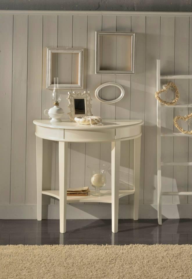 un tavolino da vanity di color bianco e accanto una scaletta