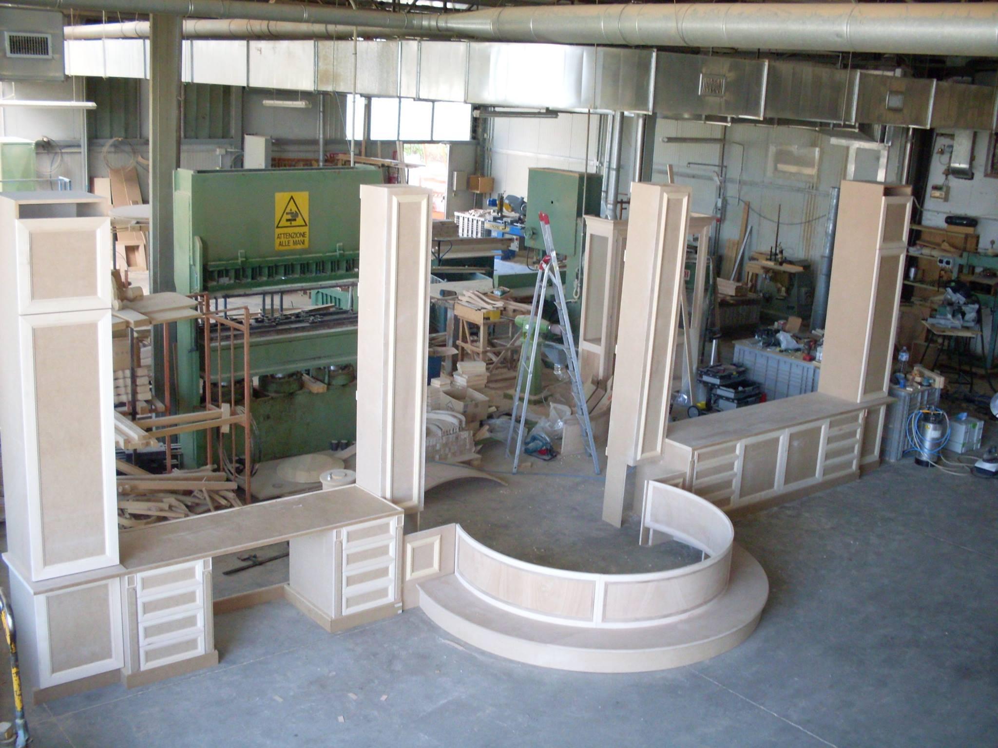 un mobile in legno in  fase di lavorazione