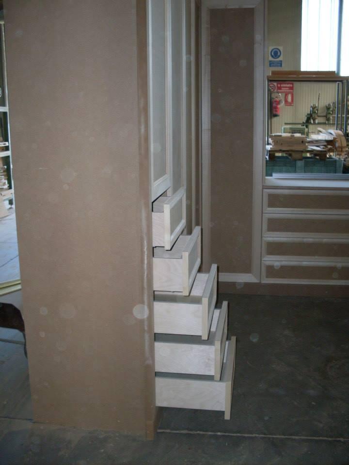 un mobile in legno in fase di lavorazione in un magazzino