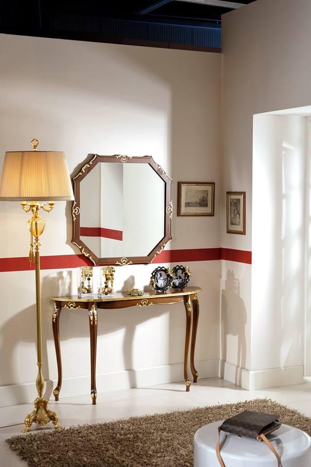 uno consolle in legno e uno specchio al muro