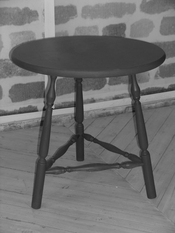un tavolino di color nero