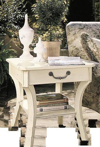 un tavolino con un cassetto