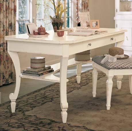 una scrivania e uno sgabello di color bianco