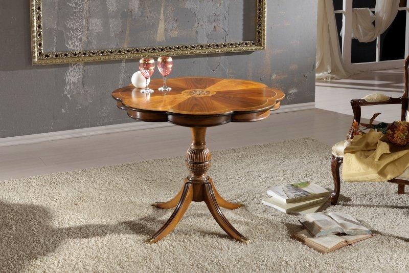 un tavolino in legno a forma di un fiore