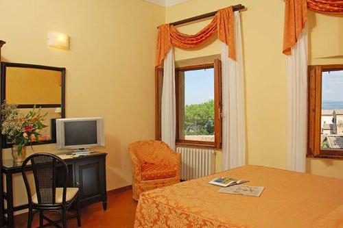 Camera da letto con arredamenti di colore arancione