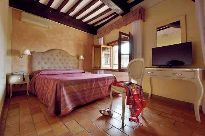Camera da letto matrimoniale arredata in stile antico