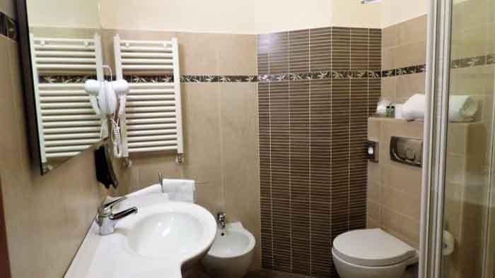 Foto di un bagno con interni color grigio